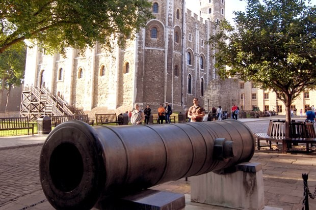 Image of canon in the foreground with the White Tower in the background - a square fortress built by William the first